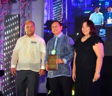 Dr. Ignacio, together with Engr. Aguila (left) and Dean Matias (right), during the 2014 UPAE Homecoming (Photo by UPAE)