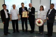 Mr. Drobcsak and Mr. Waters of Nokia as they receive the sundial plaque from the UP College of Engineering (Photo by DIO)
