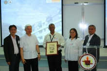 Mr. Fernandes of Artesyn Embedded Technologies as he receives the sundial plaque from the UP College of Engineering
