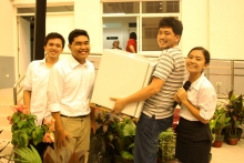 One of the winners of the raffle prizes, with the EEE Representatives